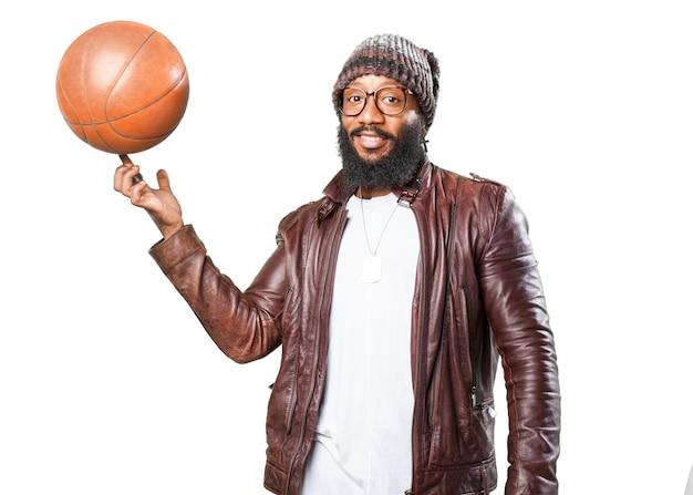 Uomo sorridente con un pallone da basket