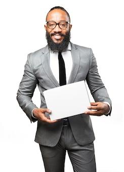 Uomo sorridente con una scatola