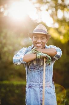 Uomo sorridente nel giardino che osserva via