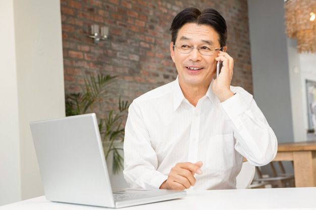 Uomo sorridente su una telefonata in salotto