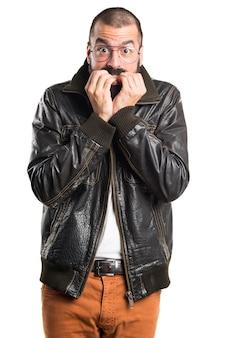 Uomo spaventato che indossa una giacca di pelle