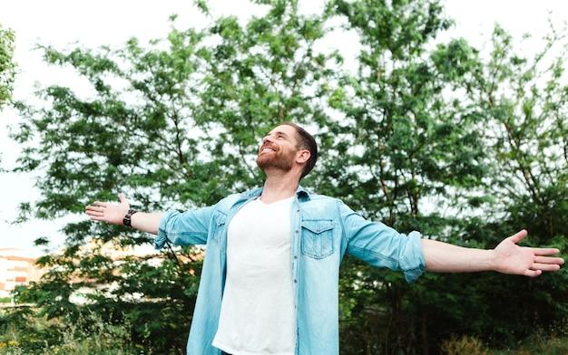 Uomo spensierato e libero che alza le sue braccia