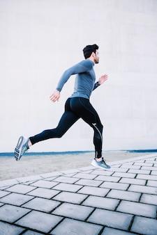 Uomo sportivo che salta durante l'allenamento