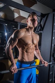 Uomo sportivo con grandi muscoli fitness addominali stampa
