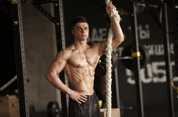 Uomo sportivo con una corda.