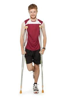 Uomo sportivo ferito con le stampelle