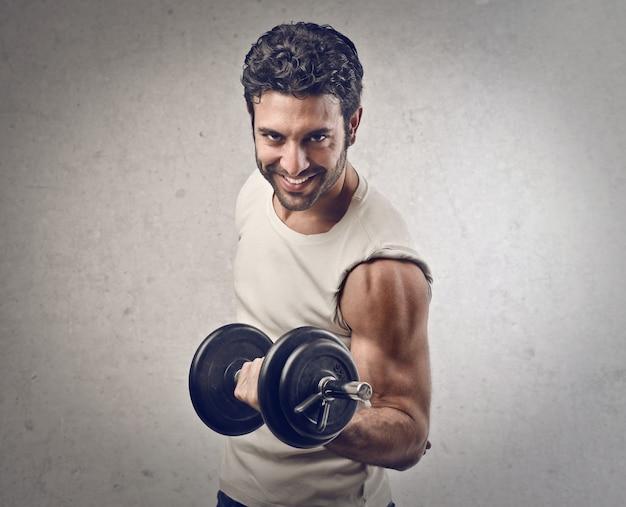 Uomo sportivo forte