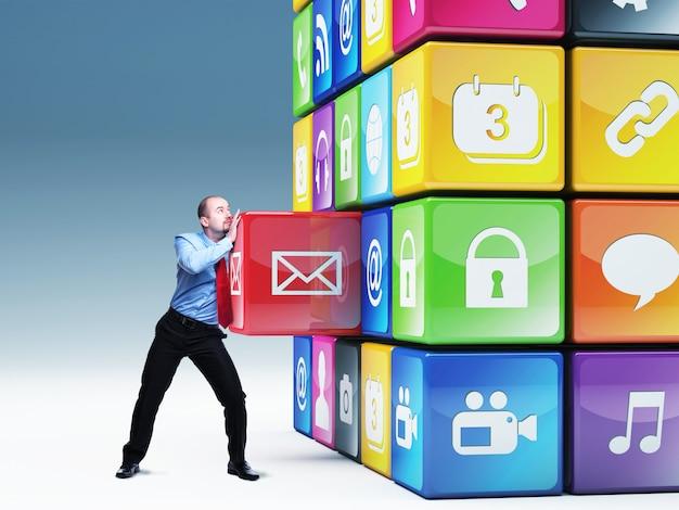 Uomo spostare cubo composto da elementi con icone di diversi colori