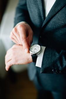 Uomo sta preparando per il lavoro. uomo con l'orologio a portata di mano