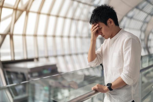 Uomo stressato in aeroporto