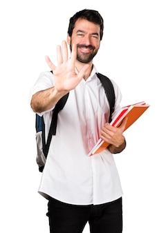 Uomo studente che conta cinque