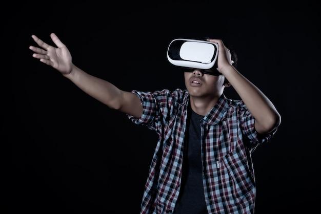 Uomo studente indossando occhiali per realtà virtuale, auricolare vr.