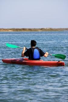 Uomo su kayak