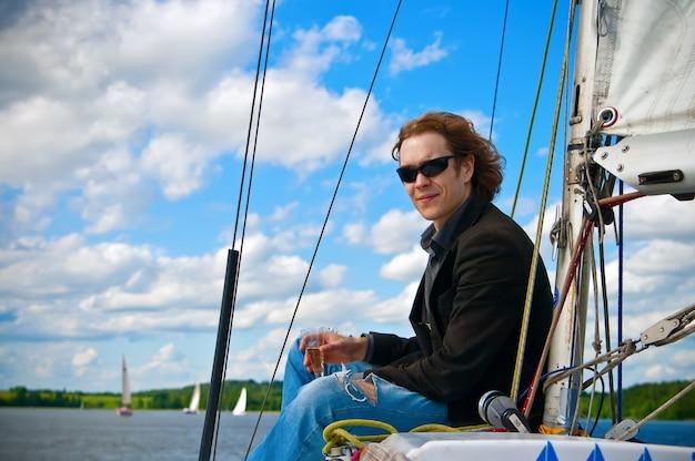 Uomo su una barca a vela