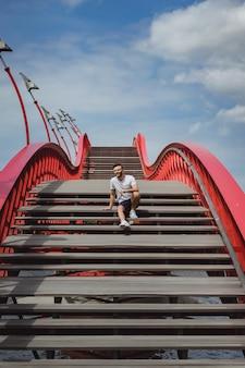 Uomo sul ponte di amsterdam, ponte di pitone