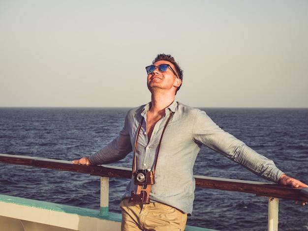 Uomo sul ponte vuoto di una nave da crociera