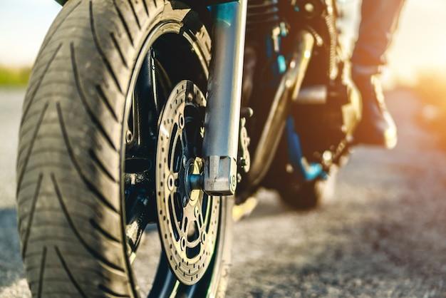 Uomo sulla moto sportiva all'aperto sulla strada