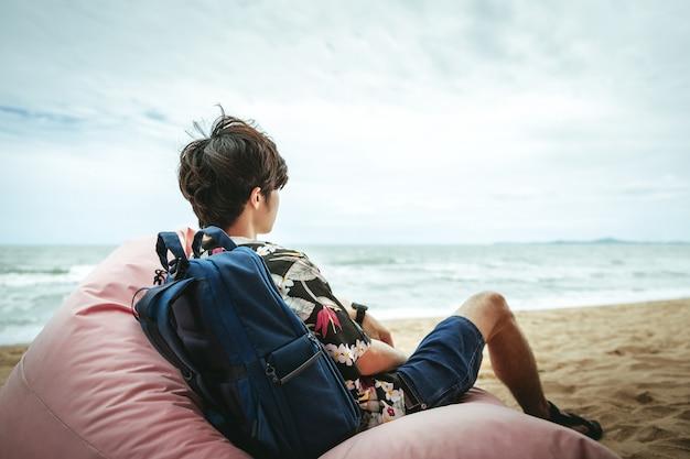 Uomo sulla spiaggia in estate