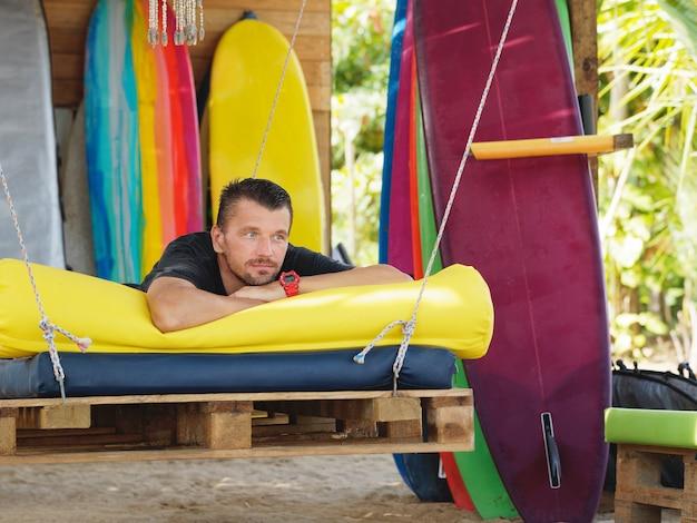 Uomo sulla spiaggia surf rilassante