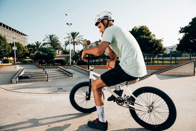 Uomo sulla sua bici bmx long shot