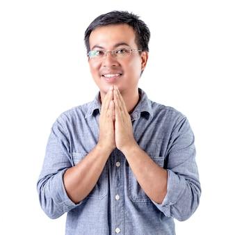 Uomo tailandese nella posizione del ciao isolato su bianco