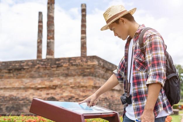 Uomo turistico asiatico nel parco storico di sukhothai, tailandia