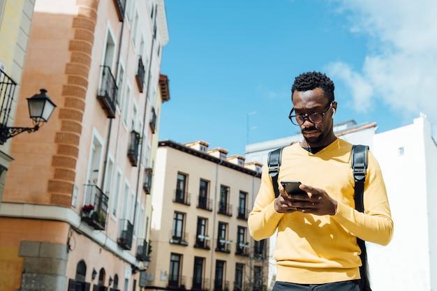 Uomo turistico con lo smartphone nella città di madrid