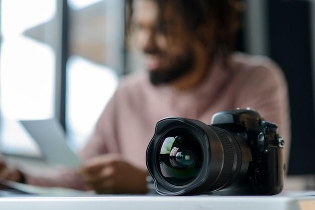 Uomo vago con macchina fotografica