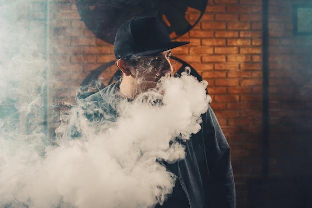 Uomo vaping una sigaretta elettronica