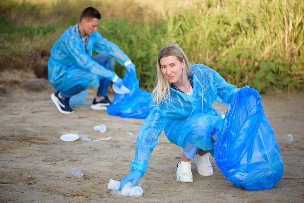 Uomo volontario che raccoglie immondizia sulla spiaggia. concetto di ecologia.