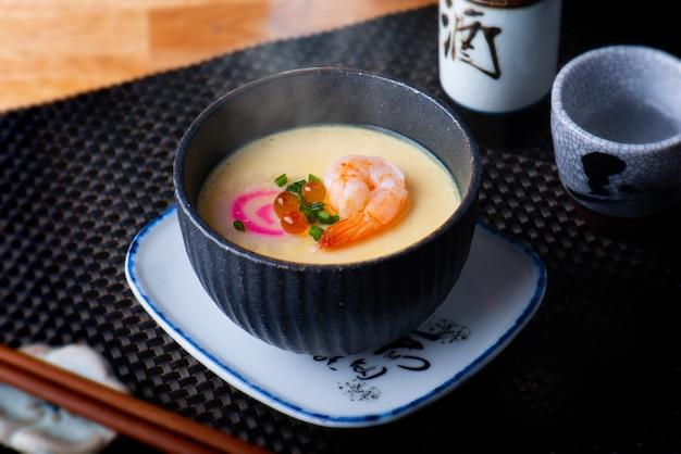 Uova al vapore giapponesi con gambero.