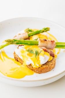 Uova alla benedict con pancetta twist asparagi