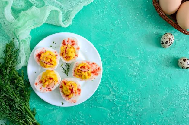 Uova alla diavola. antipasto delizioso uova sode ripiene di tuorlo, senape, maionese, paprika. ricetta classica. la vista dall'alto