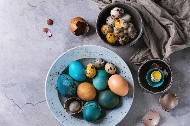 Uova colorate di pollo e quaglie