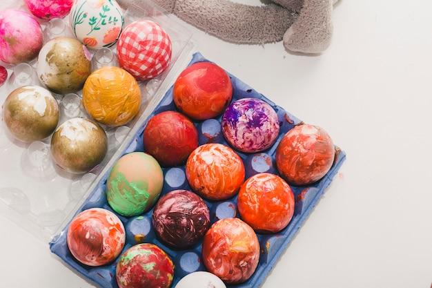 Uova colorate in cartoni