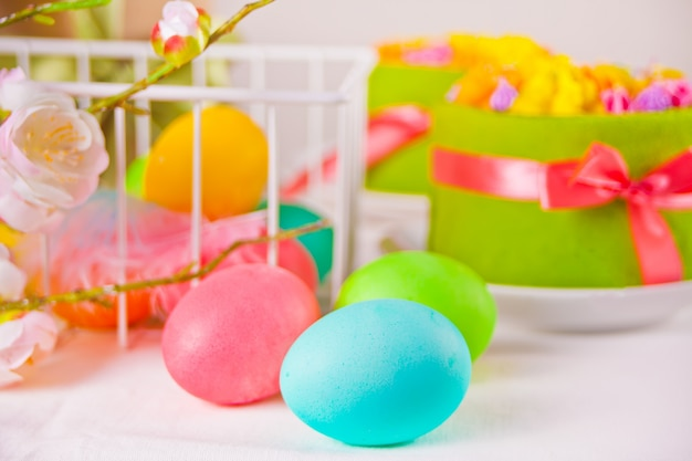 Uova colorate per il giorno di pasqua e torte piccole