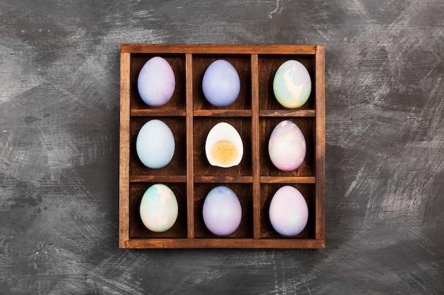 Uova colorate per pasqua su sfondo nero. vista dall'alto. sfondo di cibo
