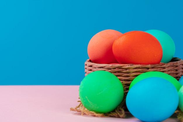 Uova colorate sulla fine rosa della tavola su. oggetto
