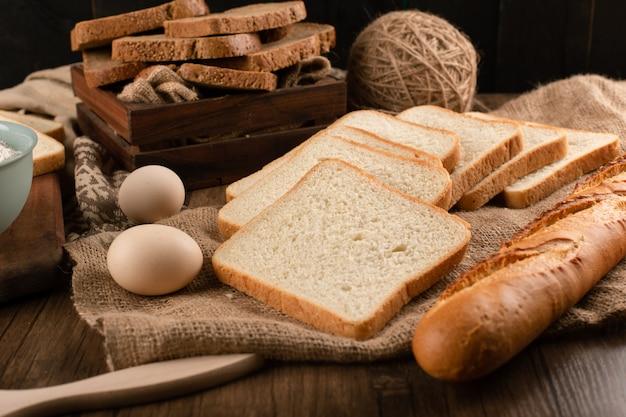 Uova con fette di pane e baguette francese
