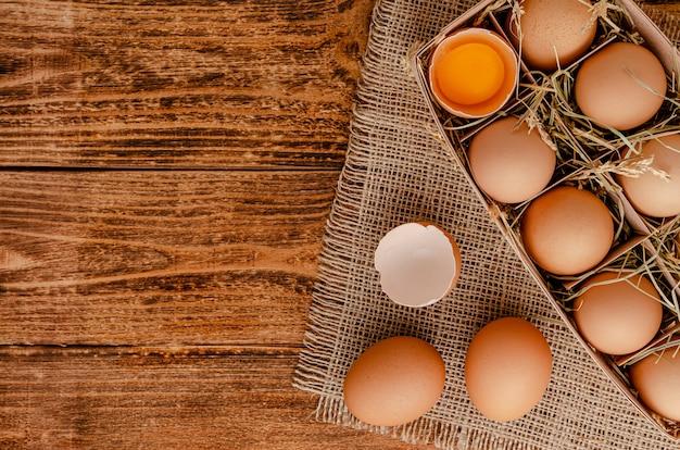 Uova crude su uno spazio di legno. vista dall'alto, copia dello spazio.