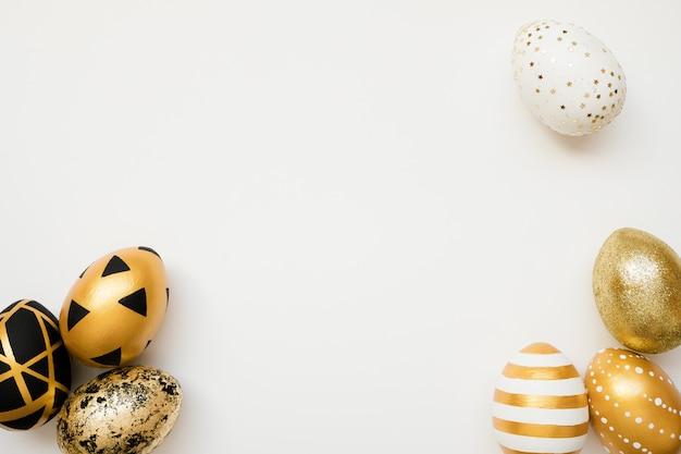 Uova decorate dorate di pasqua isolate su fondo bianco