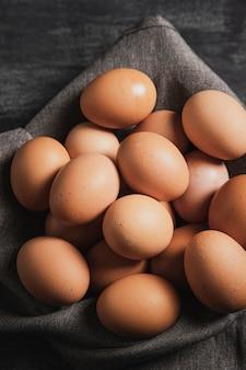 Uova del primo piano sul panno grigio