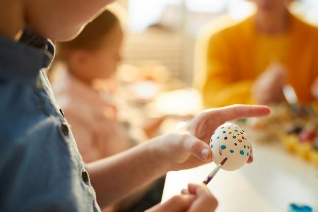 Uova della pittura del bambino per il primo piano di pasqua