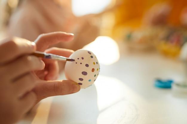 Uova della pittura per il primo piano di pasqua