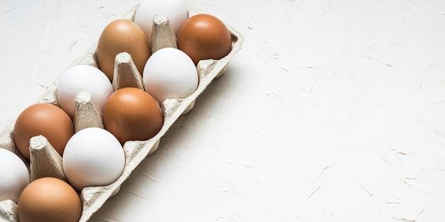 Uova di gallina ad alto angolo con copia-spazio