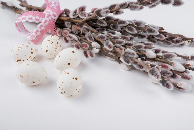 Uova di gallina bianca con rami di salice