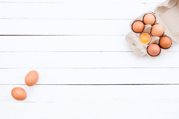 Uova di gallina biologiche dalla fattoria