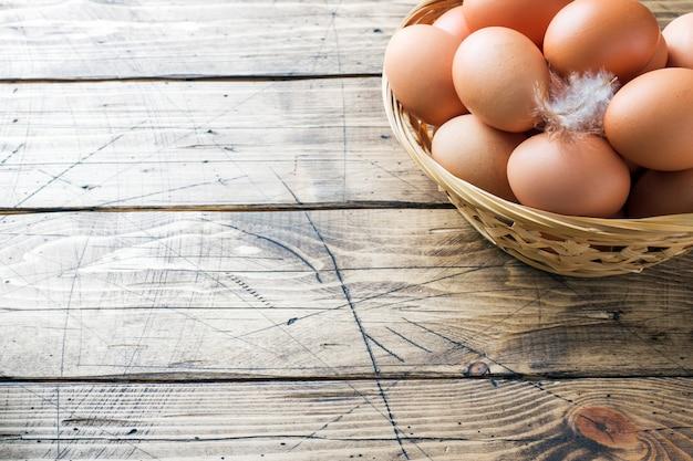 Uova di gallina fresche nel cestino