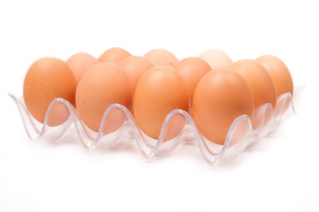 Uova di gallina gialle fresche in contenitore