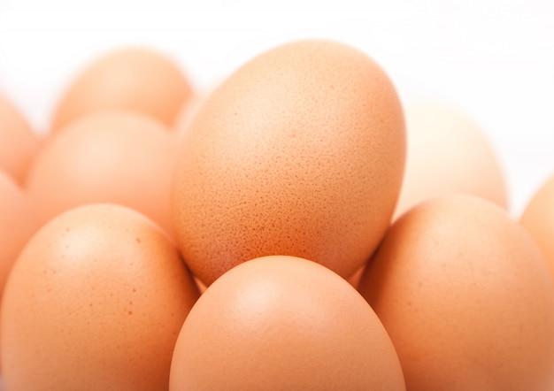 Uova di gallina gialle fresche nel gruppo